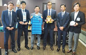 森区長(写真中央左)と石原副区長(右)を表敬訪問した選手ら。左から川崎選手、袴田選手、南選手、渡邊選手