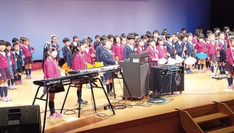あづまの幼稚園の園児による鼓笛隊