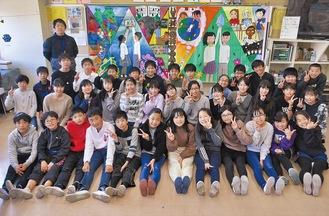 完成した壁画に喜ぶ児童。壁画の右側をさくら小が、左側をマダガスカルの生徒が制作した
