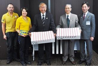 IKEAの野山さん(写真左から2番目)からLED電球を受け取った大柴会長(写真中央)と澁谷会長