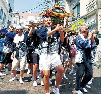 祭りでは勇猛な神輿の渡御もあった※写真は過去の様子