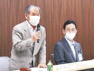16日に瀬谷区役所で開いた同委員会で語る網代委員長(左)と森秀毅区長