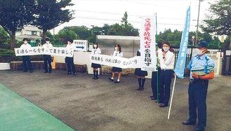 校門前で挨拶をしながら呼び掛ける生徒たち