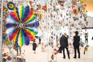 横浜美術館入口にはニック・ケイヴの「回転する森」を展示