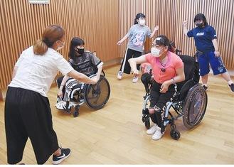 振り付けを確認しながら踊る生徒たち