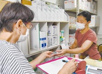発注書を基に診療材料の納品準備をする