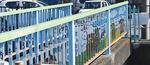 ザリガニや魚などの生き物(上)と、学校や地域住民、瀬谷区のマスコットキャラクターせやまるが描かれている(下)