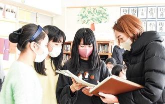 櫻庭さん(右)と話し合い企画を進める