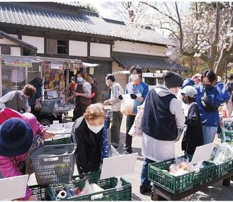 長屋門公園内の広場で食料品や日用品が並ぶ(3月19日撮影)