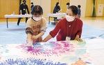大辻さんと創作する児童(提供写真)