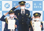 (左から)江戸さん、村田署長、篠塚君