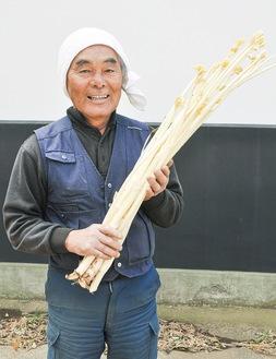 白さが特徴の横浜瀬谷うどを持つ青木組合長