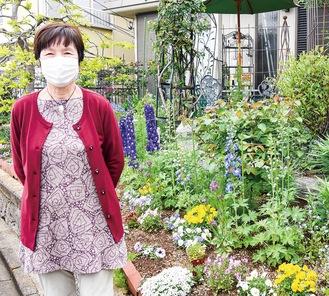 今年は庭の斜面にネックレスのように花を植えたという兵藤さん