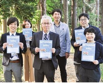 SDGsプロジェクトを推進する小林校長(前列中央)や同校職員、県の関係者ら