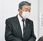 あいさつする小川会長