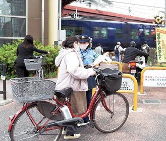 自転車利用者に安全利用を呼びかけた