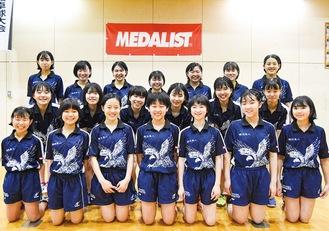 横浜隼人中学・高等学校女子卓球部の部員たち(前列が中学生)