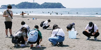 マイクロプラスチックを拾う生徒たち