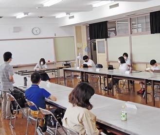 在校生の質問に答える卒業生(写真手前)
