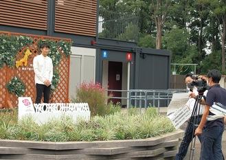イベントのアンバサダー・三上真史さんが園内を紹介する動画を撮影