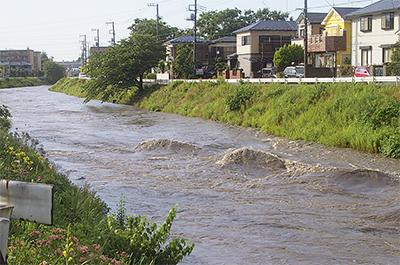 ゲリラ豪雨で境川増水
