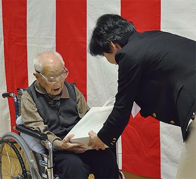 100歳以上の長寿64人を祝う