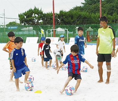 砂の上でサッカーに挑戦
