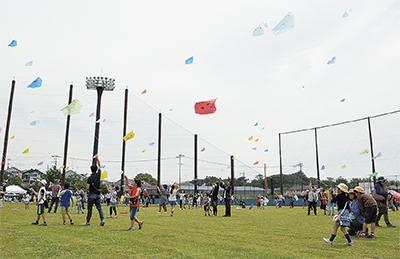 色とりどりの凧、大空に