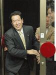 県会トップ当選を決め、支援者の集まる事務所に到着した石井源眞氏