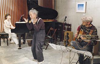 黒田さん(中)は80歳で現役
