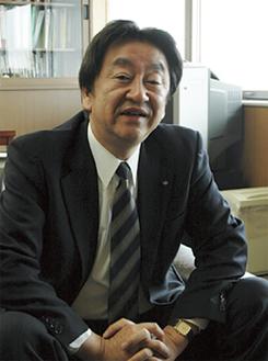 インタビューに答える藤田区長