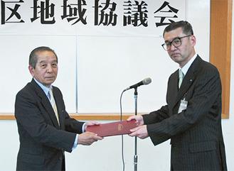 佐久間会長(左)と高橋区長