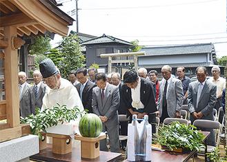 武蔵御嶽神社のお札を納める社が古くなったため建て替えられた。新築再興式典「遷座祭」には関係者が多数訪れた。