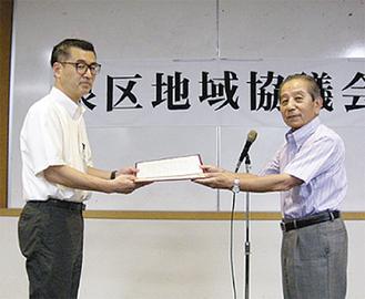 高橋区長と佐久間会長(右)