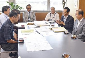 小島会長(右から2人目)から説明を受ける高橋区長(左から2人目)