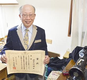受賞作を着る田中さん