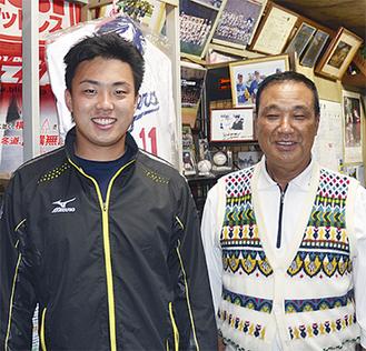 西嶋選手(左)と父成春さん
