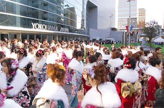 華やかな晴れ着が集う横浜アリーナ周辺(写真は昨年)