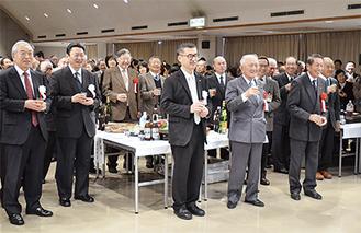 望月副実行委員長の乾杯あいさつに笑顔の参加者