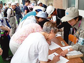 地域防災拠点訓練(中田中学校)で避難者の受付をする様子