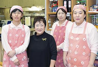 伊藤店長(左から2人目)の笑顔を見るために訪れる人も多かった