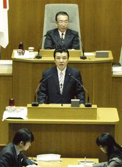 予算関連質疑で登壇する梶村(中央)