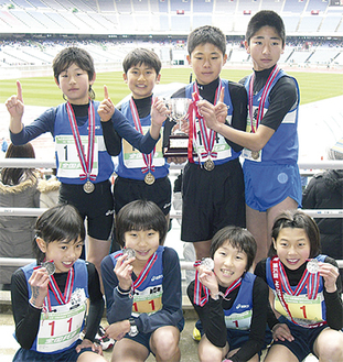 優勝、準優勝を喜ぶ選手たち(写真・和泉小提供)