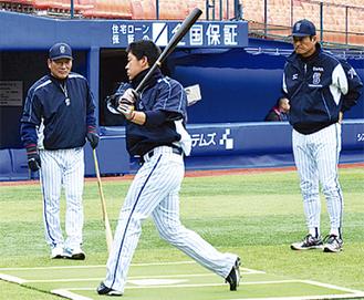正捕手として期待の黒羽根選手を指導する中畑清監督(右)と高木豊ヘッドコーチ(左)