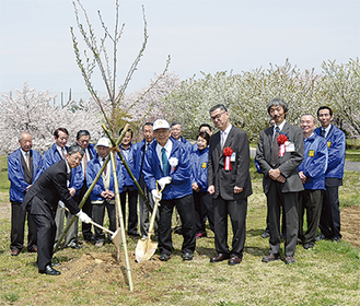 スコップを持つ青木会長(左)と山村委員長