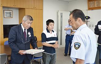林署長(右)から感謝状を受ける荒さん(左)と小川さん