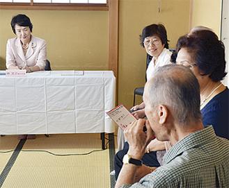 渡邊利夫さん(右)のハーモニカ演奏に耳を傾ける林市長(左)