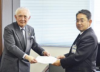 意見書を手渡した榎下会長(左)と山田教育長
