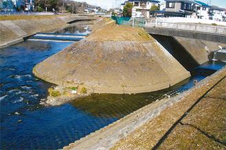 境川(左)相沢川(右)合流口