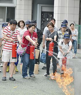 消火体験する家庭防災員